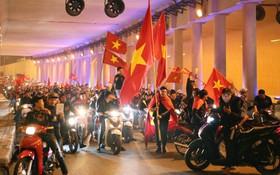 Người dân Hà Nội dừng xe giữa hầm Kim Liên, hò reo ăn mừng sau chiến thắng của đội tuyển Việt Nam