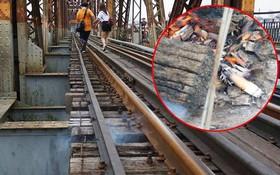 Hà Nội: Vứt tàn thuốc gây cháy dầm gỗ cầu Long Biên, nhóm nam thanh nữ tú vẫn vô tư chụp ảnh sống ảo trên đường ray