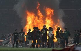 Biến cực căng tại Indonesia: Bực tức vì đội nhà thua trận, fan lao xuống đốt sân, phá phách và tấn công cầu thủ đối phương