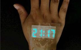 Trung Quốc chế tạo ra màn hình siêu mỏng và dẻo tới mức dán được trên da, xịn y như đồ chơi Iron Man