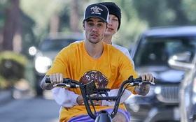 """Bị chỉ trích trong """"trận chiến"""" Taylor - Scooter, Justin Bieber bình thản đưa vợ đạp xe và còn tỏ thái độ"""