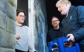 Thủ tướng Anh đi giao sữa trước cuộc bầu cử quan trọng