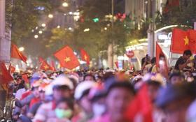 Chùm ảnh: CĐV Hà Nội và Sài Gòn reo hò, kéo nhau ra đường ăn mừng đội tuyển U22 Việt Nam tiến thẳng vào chung kết SEA Games 30