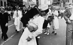 """Người thuỷ thủ trong bức ảnh kinh điển """"nụ hôn ở Quảng trường Thời đại"""" đã qua đời"""