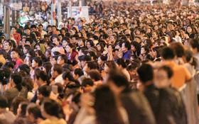 Ảnh, clip: Người dân ngồi tràn vỉa hè làm lễ cầu an tại ngôi chùa nổi tiếng linh thiêng ở Hà Nội
