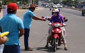 Sự tử tế tại lễ hội chùa Bà lớn nhất Bình Dương: Từ nước suối, cơm trưa, nhang khói đến bơm vá sửa xe đều miễn phí