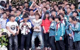Nhìn cảnh học sinh đón tiếp Khá Bảnh, tôn sùng như thần tượng, những người làm giáo dục nói gì?