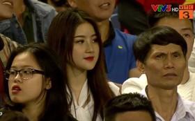 """Nữ CĐV xinh đẹp được cameraman """"tia"""" ngay đầu hiệp 2 Việt Nam - Thái Lan khiến dân tình nháo nhào tìm info"""