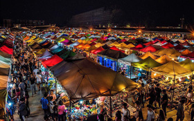 Quẩy nhiệt tình với Tết té nước Songkran xong đừng quên ghé qua khu chợ đêm nổi tiếng này ở Bangkok để ăn sập thế giới nhé!