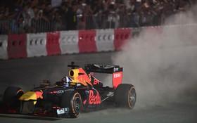 """Trực tiếp sự kiện """"Khởi động F1 Việt Nam Grand Prix"""": Huyền thoại F1 trượt rê đuôi bốc khói trên đường đua tại Hà Nội"""