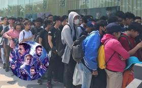 HN - SG ngay lúc này: Bất chấp trưa nắng, fan Endgame tụ tập từ rất sớm, chen chúc xếp hàng chờ bom tấn