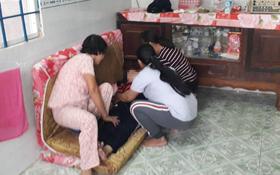 Tang thương bao trùm căn nhà 3 bà cháu bị sát hại: Người mẹ tuyệt vọng, gào khóc gọi tên con gái rồi ngất xỉu