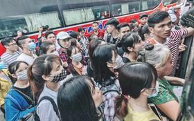 Người dân Hà Nội và Sài Gòn ùn ùn đổ ra bến xe, sân bay để về quê tận hưởng kỳ nghỉ lễ 5 ngày