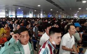 """Ảnh: Cả sân bay và bến xe đều """"chật cứng"""" hành khách về quê, đi chơi dịp lễ 30/4 - 1/5"""