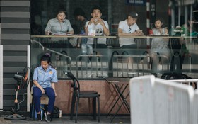 Người lao động ở Hà Nội vật vã chống chọi với nắng nóng trên 40 độ C, chỉ mong trời dịu mát phần nào