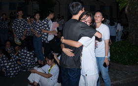 Đêm ra trường chuyên Lê Hồng Phong: Còn hơn những giọt nước mắt chính là cùng cười, cùng vui bên nhau đêm cuối