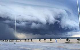 """Mây đen cuồn cuộn bao trùm bầu trời Huế, nhiều người liên tưởng như cảnh tượng """"Thanos"""" ghé thăm"""