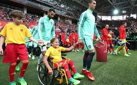 Giải mã bóng đá: Vì sao cầu thủ luôn bước ra sân cùng trẻ em?