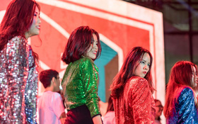 Dàn nữ sinh trường chuyên Amsterdam siêu sexy, đội mưa to nhảy máu lửa trong lễ trưởng thành