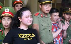 """""""Trùm ma túy"""" Văn Kính Dương giơ tay chào người thân, hot girl Ngọc Miu khóc khi bị áp giải ra xe sau phiên xét xử ngày thứ 2"""