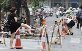 """Đường Trần Hưng Đạo bị rào chắn để thi công nhà ga, dân văn phòng """"chui"""" dây tìm lối thoát"""