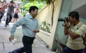 Ông Nguyễn Hữu Linh vội vàng chạy vào nhà vệ sinh để né tránh phóng viên trong ngày hầu tòa
