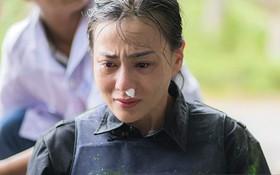 """Thêm hình ảnh và clip """"Quỳnh búp bê"""" Phương Oanh cầm máu, khóc nức nở khi quay show thực tế trong rừng"""