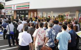 7-Eleven mở cửa hàng đầu tiên tại Okinawa, người Nhật xếp hàng dài chẳng khác gì người Việt hồi trước
