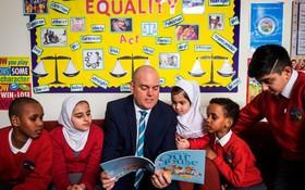 Trường tiểu học ở Anh mở các khoá học về LGBT bất chấp sự phản đối gay gắt của phụ huynh