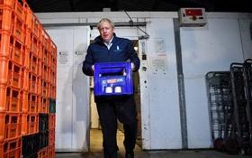 """Thủ tướng Anh """"chui vào tủ lạnh trốn phỏng vấn"""""""
