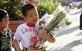 """Con trai tôi đi học về rơm rớm nước mắt bảo: """"Mẹ đến nhà cô tặng quà đi, mấy hôm nay con thấy thái độ của cô khác lắm"""""""