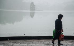 Ảnh, clip: Hà Nội xuất hiện sương mù từ sáng đến chiều trước khi đón đợt không khí lạnh mới vào cuối tuần