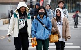 Phương Tây đóng cửa trường học, hàng chục ngàn du học sinh Trung Quốc đổ xô về nước