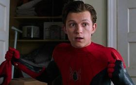 """Người Nhện Tom Holland hồn nhiên khoe thói """"ăn cắp"""" đạo cụ ở Marvel, ông chú Người Sắt cũng bị """"móc"""" sạch!"""