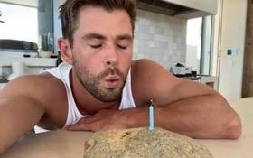 """Độc như cách """"Thor"""" Chris Hemsworth chúc mừng sinh nhật The Rock, hoá ra lại là màn trả thù vì bị """"cà khịa"""" lần trước"""