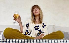 """Dân tình căng mắt soi bức ảnh mới của Taylor Swift, chiếc cốc hé lộ mối quan hệ tình cảm hiện tại của """"nàng rắn""""?"""
