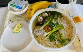 """Vietnam Airlines vừa mới đưa món bún bình dân này vào bữa ăn trên máy bay, gia vị đi kèm cũng """"thân thiện"""" không kém được Shark Hưng khen không ngớt lời"""
