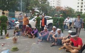 Hà Nội: Gia đình nạn nhân tử vong vì tai nạn giao thông cách đây 1 năm mang di ảnh, đeo tang ra giữa đường ngồi