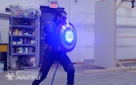 YouTuber chế tạo chiếc khiên của Captain America siêu cứng, đập gạch như chơi, biết bắn laser