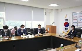 Làng thể thao Hàn Quốc tiếp tục rúng động: Cầu thủ bóng ném tố cáo đàn anh tấn công, phi dao vào người
