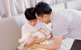 """Cường Đô La khoe khoảnh khắc Subeo ẵm em gái vừa chào đời, biểu cảm của quý tử khiến dân tình """"lụi tim"""""""