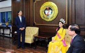 """Trưởng BTC cuộc thi Hoa hậu Việt Nam 2020 phản hồi gì về bức ảnh Hiệu trưởng """"chắp tay báo cáo Hoa hậu""""?"""