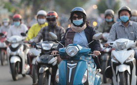 Ảnh: Nhiệt độ giảm còn 19 độ C, người Sài Gòn mặc áo ấm và quàng khăn nhưng vẫn co ro vì lạnh