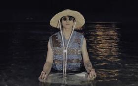 """Sau 2 tháng im lìm, nửa đêm Sơn Tùng bất ngờ... """"ngoi lên"""" giữa hồ bơi, nhưng dân tình chỉ tò mò danh tính người chụp"""