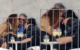 Tình tay 3 chấn động Hollywood: Rita Ora ôm hôn cùng lúc cả đạo diễn và diễn viên Thor, 2 mỹ nhân lúc sau lại âu yếm nhau