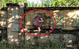 Bệnh nhân Covid-19 chui tường rào ra khỏi Bệnh viện dã chiến, lớn tiếng mắng người chụp ảnh mình