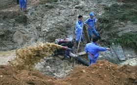 Vỡ đường ống dẫn nước, hàng nghìn hộ dân Hà Nội mất nước