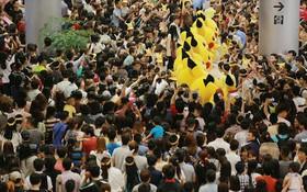 Hàng nghìn người phấn khích bao quanh binh đoàn Pikachu ở Aeon Mall