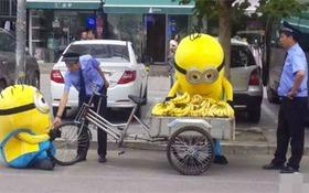 Hai chú Minion bị cảnh sát bắt khi đang đi bán chuối