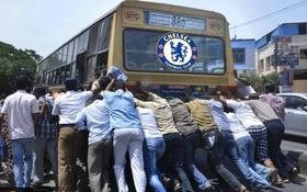 """Ảnh chế: Cả tá người không """"cứu"""" được chiếc """"xe buýt"""" Chelsea xịt lốp"""